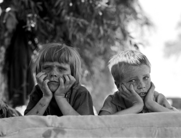 Dorothea Lange, Children of Oklahoma drought refugee in migratory camp in California, 1936