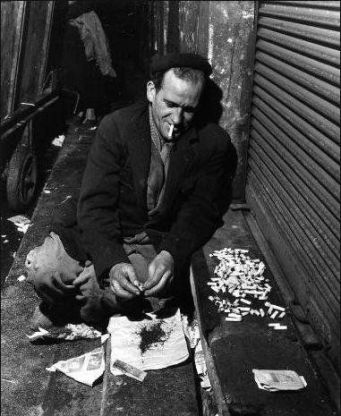 Robert Doisneau, Les mégots, Paris, 1956