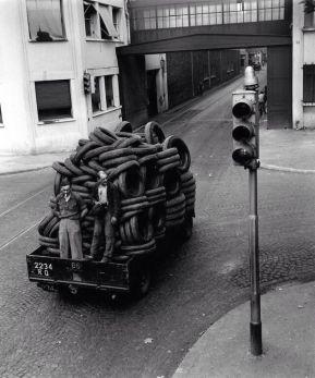Robert Doisneau, Transport de pneus dans l'enceinte de l'usine, 1950