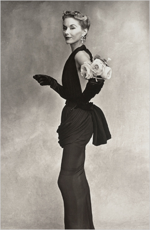 Irving Penn, Woman With Roses (Lisa Fonssagrives-Penn) en Lafaurie Dress, Paris, 1950