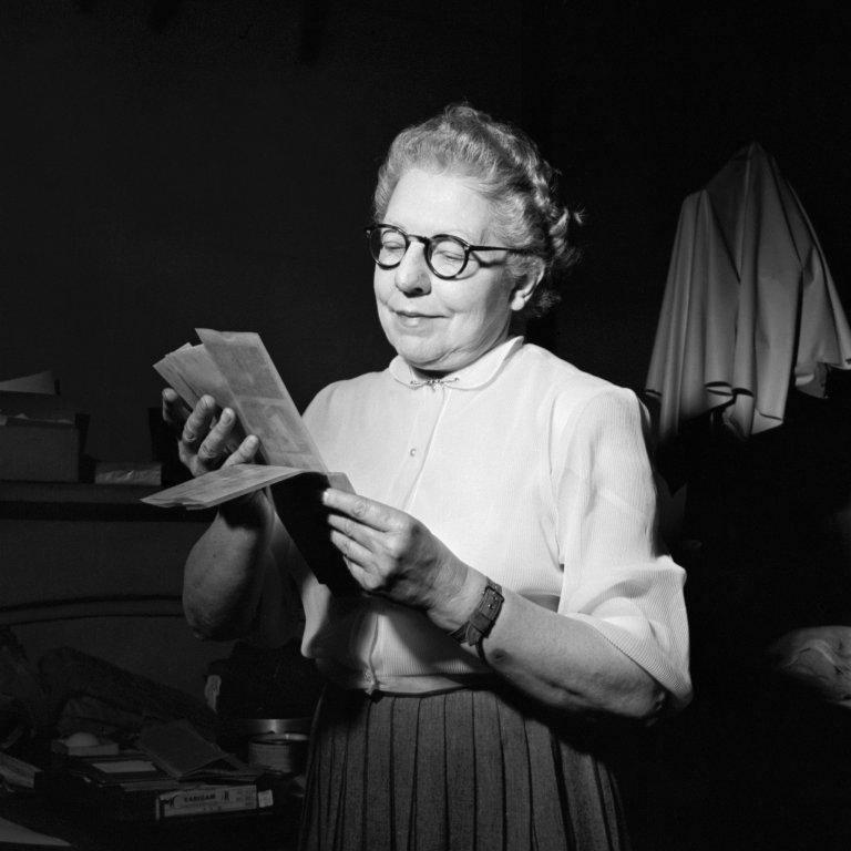 Jeanne Bertrand examinando los negativos de Vivian Maier en 1954