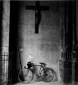 Francisco Gómez Martínez, Bicicleta en atrio de iglesia de París. 1962