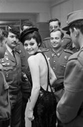 Juana Biarnés, Rocío Durcal actúa para jóvenes militares, Madrid, 1969