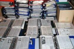 Recortes de periódicos que Vivian Maier recogía y organizaba en carpetas