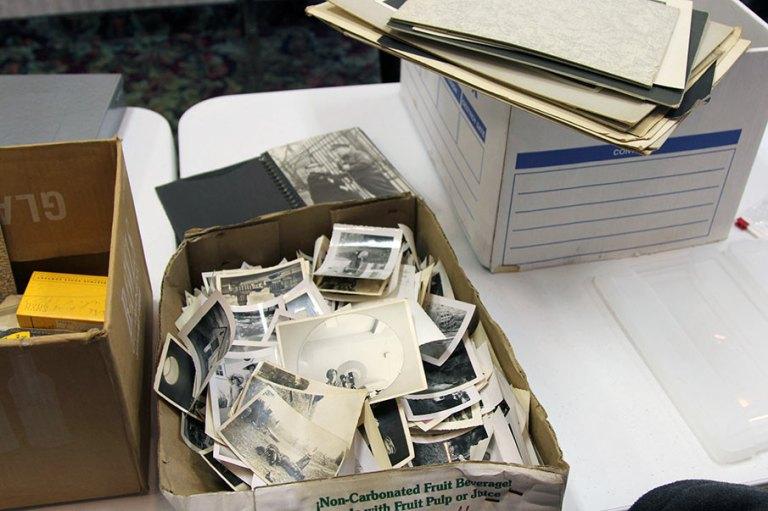 Una caja con fotgrafías de toda la vida de Vivian Maier