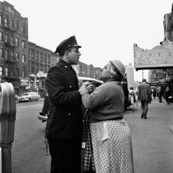 Vivian Maier, Mujer armenia peleándose en la East 86th Street, Nueva York, 1956