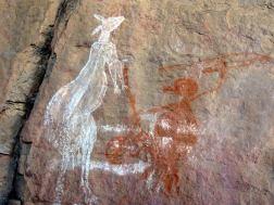 Canguro y cazador en el Anbangbang Rock Shelter, Kakadu, arte aborigen de Australia.