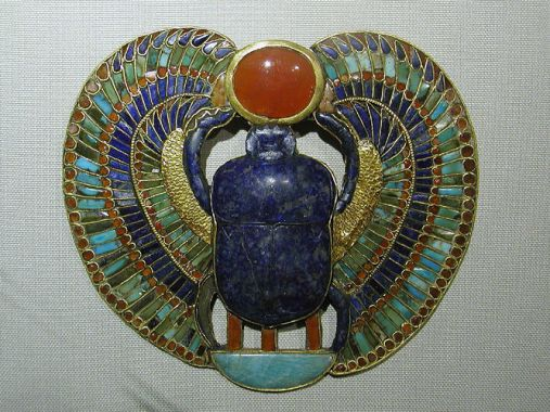 Escarabeo, joya-amuleto que representa a Jepri, el escarabajo solar; proveniente de la tumba de Tutankhamon