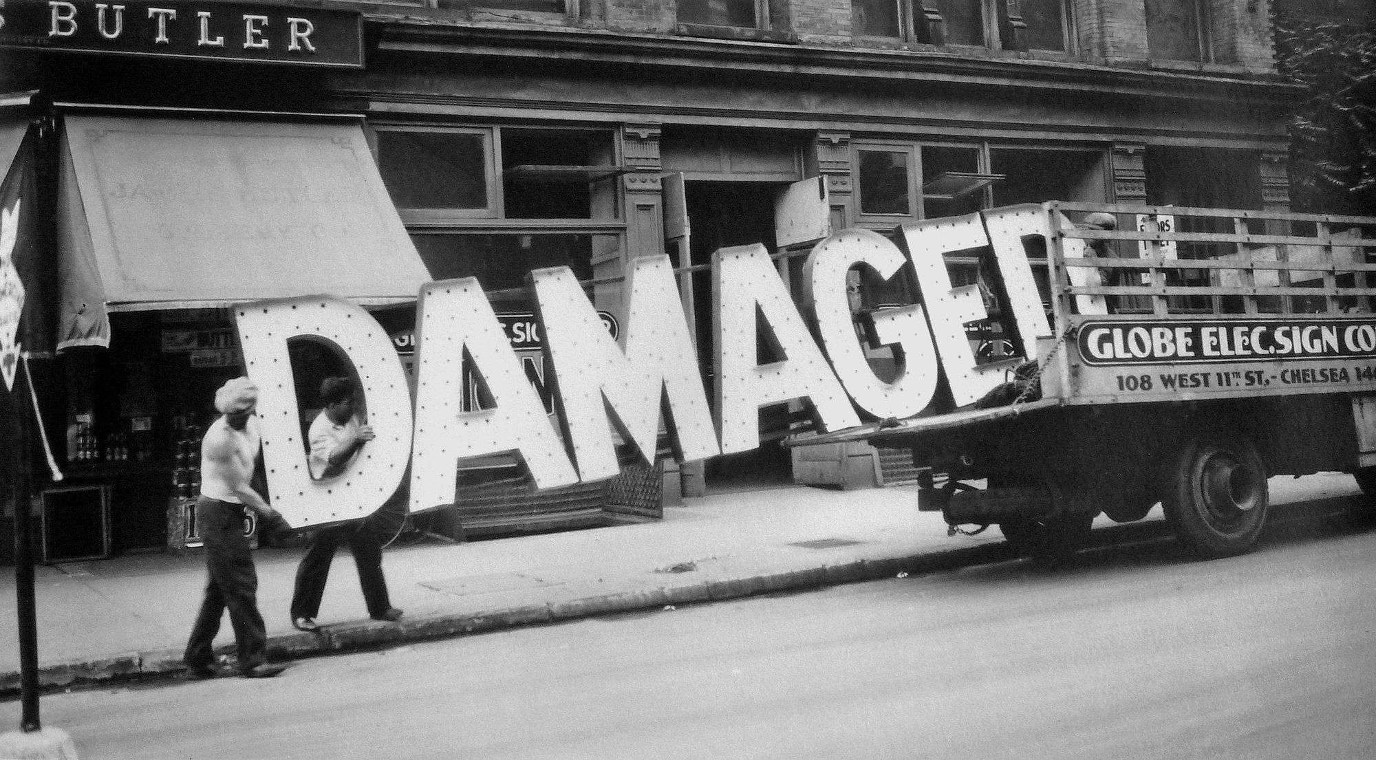 Camión y letrero, Walker Evans, 1930