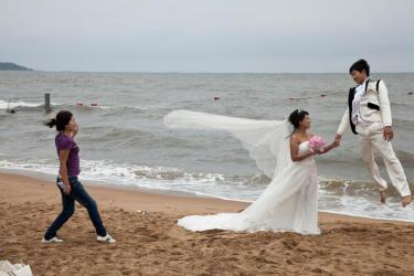 CHINA. Quinhuangdao. Beidaihe. A couple posing for Wedding photographs. 2010.